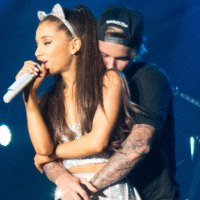Justin le coquetea a Ariana Grande en Instagram  y su novio marca territorio