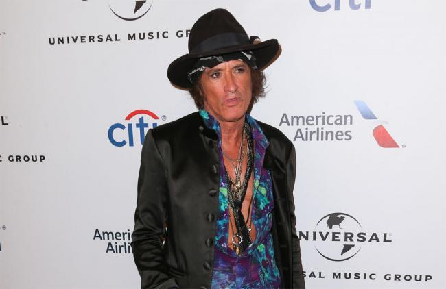 Joe Perry, guitarrista de Aerosmith, estable tras desmayarse en pleno concierto